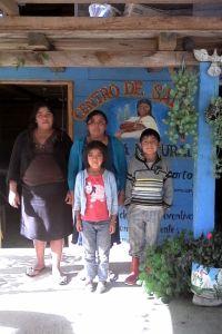 Hebamme Luisa mit ihren Kindern Juana und Leo und einer jungen Frau die auch Hebamme wird.