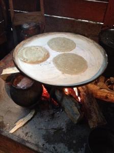 Tortillas werden gfebacken - noch auf dem feuer...