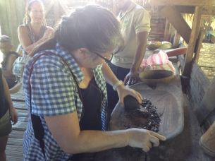 Susanne zermörsert die gerösteten Kakaobohnen
