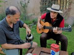 Mate beim Musizieren