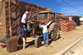der kürzlich erworbene 50jährige Traktor muss noch flott gemacht werden